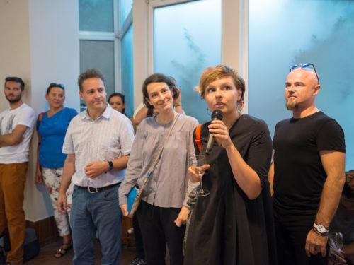 3 od lewej: Simon Crofts wraz z Sylwią Kowalczyk. Pani z mikrofonem tłumaczy przemówienie Simona. Fot. K. Ligęza