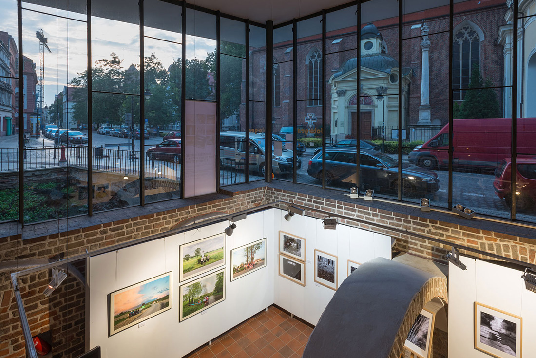 """Galeria """"Foto-Gen"""", widok wystawy (więcej - dział """"relacje z wystaw"""")"""