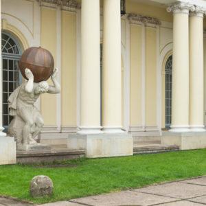 Rzeźba Atlasa, wejście do Biblioteki Głównej UM, fot. K. Ligęza
