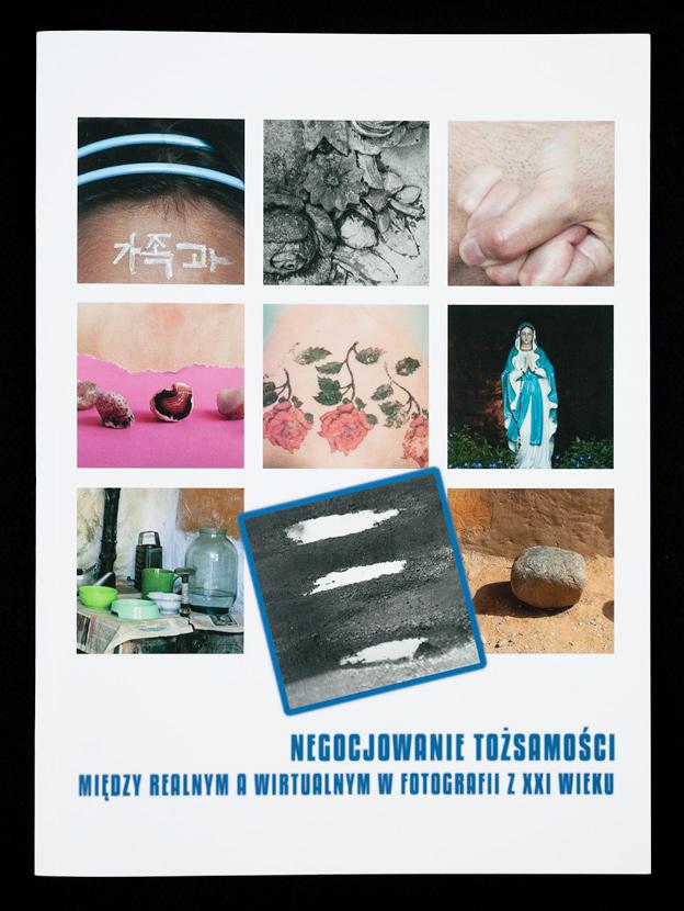 Katalog wystawy z fotografiami artystów oraz esejem dra Krzysztofa Jureckiego, projekt graficzny: Agata Szuba